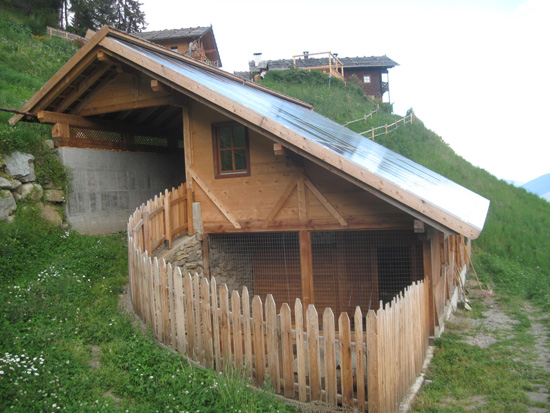 Der 2011 errichtete schweine und hühnerstall mit fotovoltaikanlage